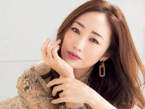神崎恵の年収は?女優から美容家になるまでの経歴や家族についても!
